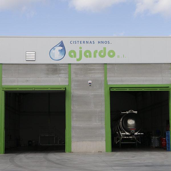 Mantenemos nuestra flota de camiones y cisternas en perfectas condiciones estéticas y mecánicas