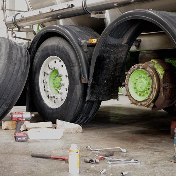 Disponemos de nuestro propio taller donde llevamos un plan de mantenimiento periódico para nuestros camiones